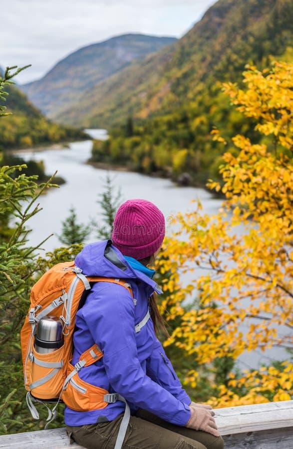 Kvinnafotvandrare som fotvandrar se scenisk sikt av landskapet för berg för nedgånglövverk Koppla av för anseende för person för  royaltyfria foton