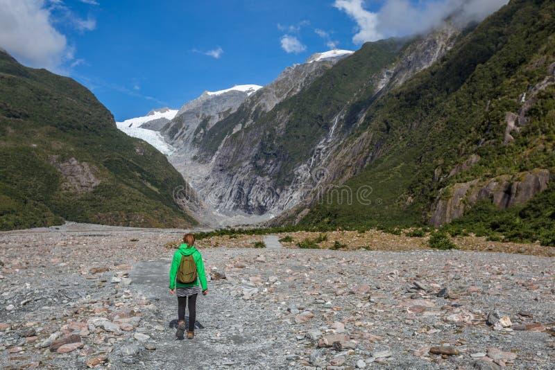 Kvinnafotvandrare som går i Franz Josef Glacier arkivbild