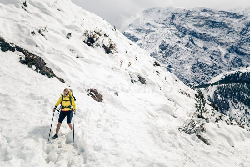 Kvinnafotvandrare som går i Himalaya berg, Nepal arkivfoto