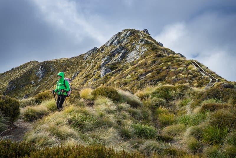 Kvinnafotvandrare som går på ett alpint avsnitt av det Kepler spåret arkivfoton