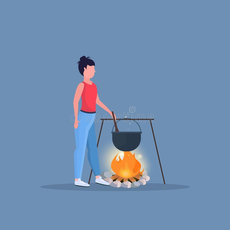 Kvinnafotvandrare som lagar mat målflickan som förbereder mat i kastaren som kokar krukan på lägereld som fotvandrar den campa kv stock illustrationer