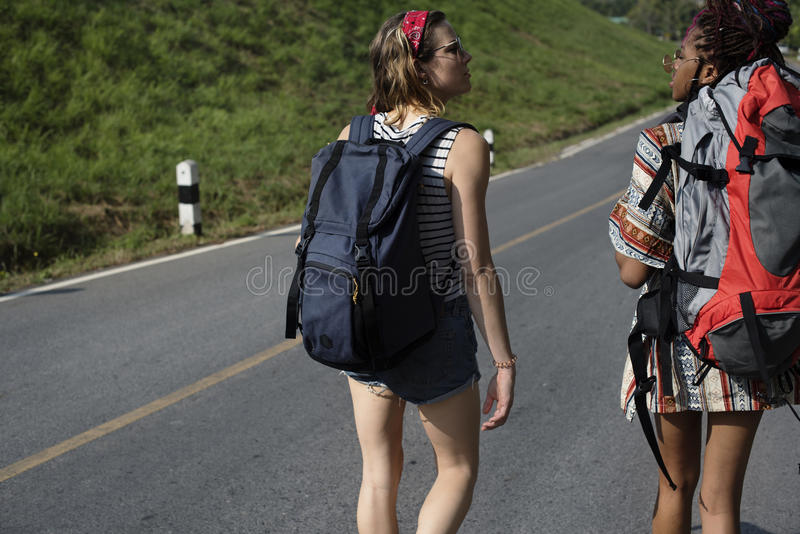 Kvinnafotvandrare som promenerar gatasidan fotografering för bildbyråer