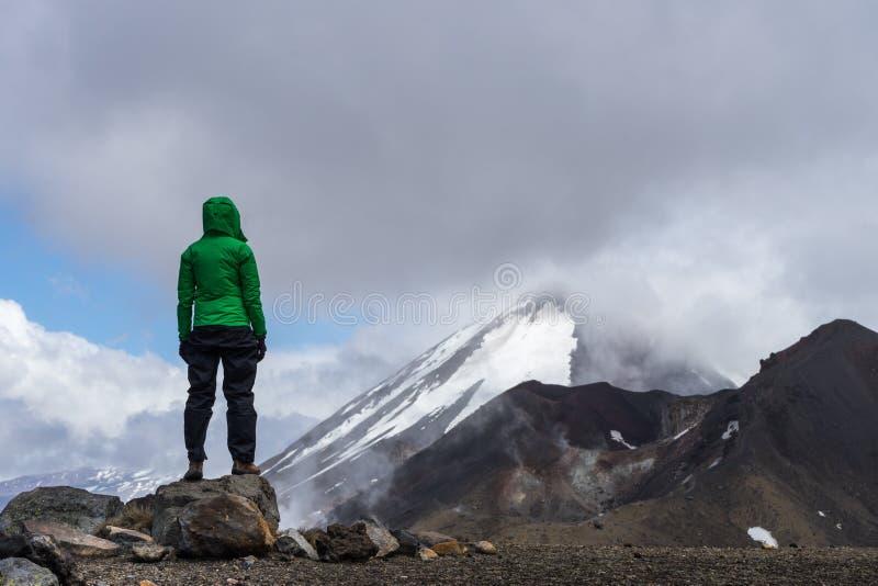 Kvinnafotvandrare som ser Mt Ngauruhoe i den Tongariro nationalparken fotografering för bildbyråer
