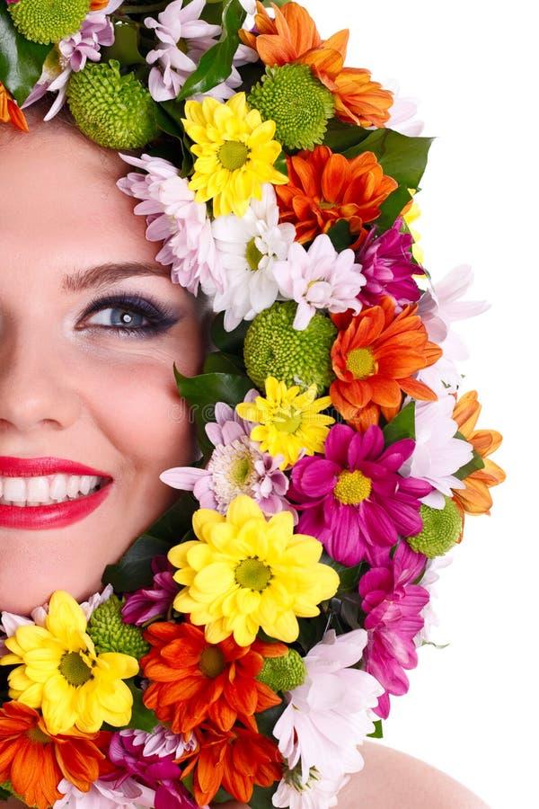 Kvinnaframsida i blommakran fotografering för bildbyråer