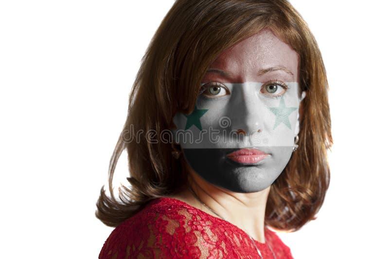 Kvinnaframsida med den målade flaggan av Syrien fotografering för bildbyråer