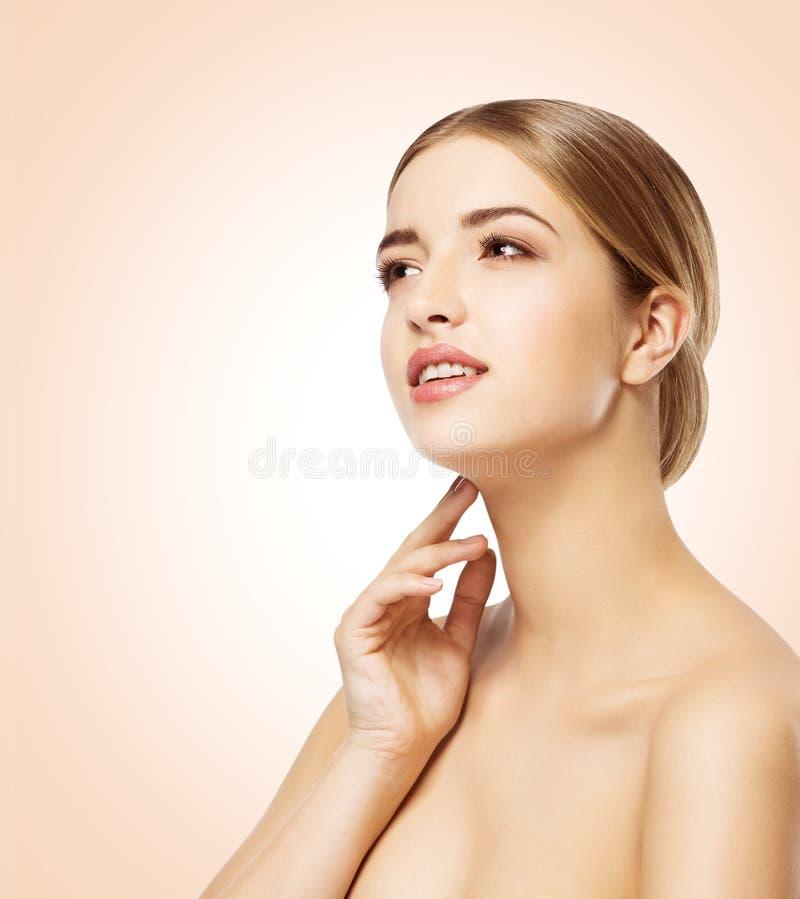 Kvinnaframsida, skönhetmodell Skin Care, härlig flickamakeup arkivfoton