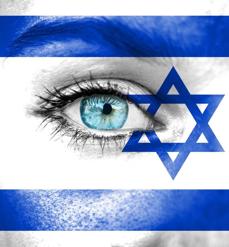 Kvinnaframsida som målas med flaggan av Israel arkivfoton