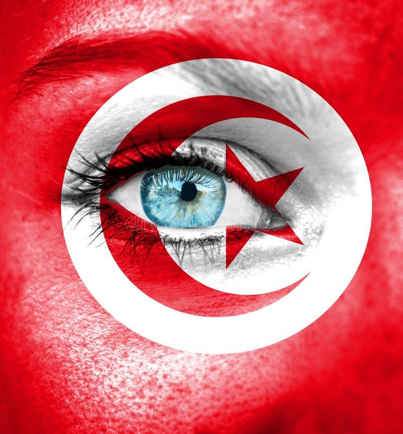 Kvinnaframsida som målas med flaggan av Tunisien fotografering för bildbyråer
