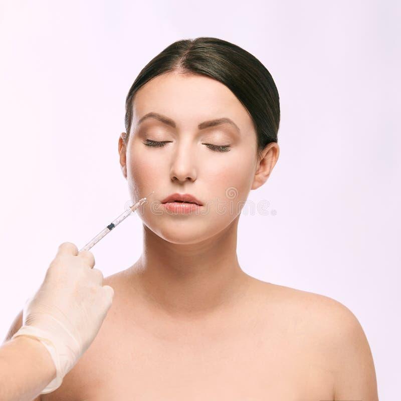 Kvinnaframsidainjektion salongcosmetologytillvägagångssätt hudmedicinsk vård dermatologibehandling anti-åldras lyfta för skrynkla arkivbilder