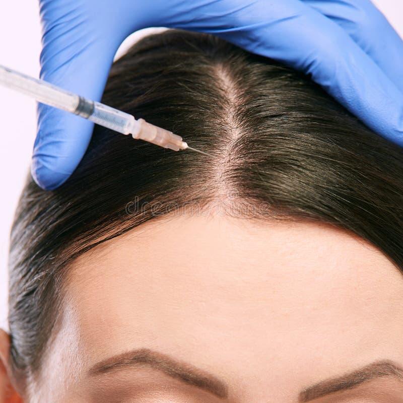 Kvinnaframsidainjektion salongcosmetologytillvägagångssätt hudmedicinsk vård dermatologibehandling anti-åldras lyfta för skrynkla arkivfoto