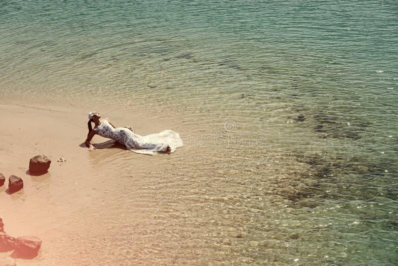 Kvinnaframsidaskönhet Brud på solig dag på seascape arkivfoto