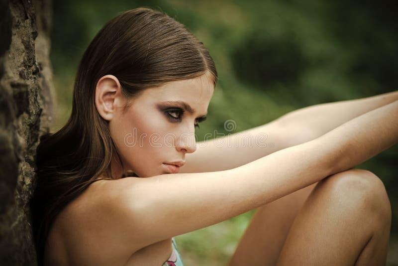 Kvinnaframsidaskönhet Naturligt härligt tillfälligt härligt folk för kvinnastående arkivbild