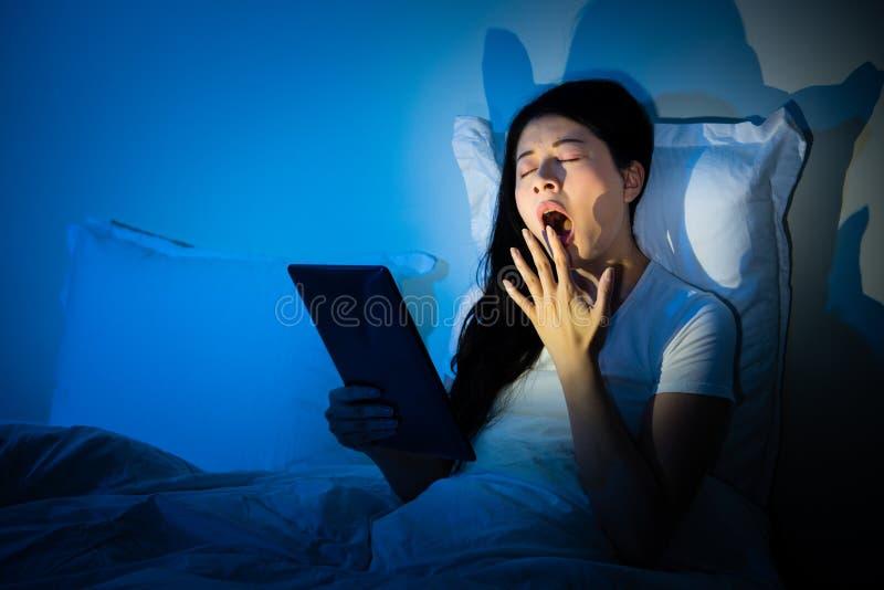 Kvinnagäspning genom att använda handen för att täcka munnen royaltyfria foton