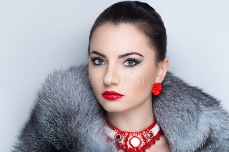 Kvinnagrå färgpäls royaltyfria bilder