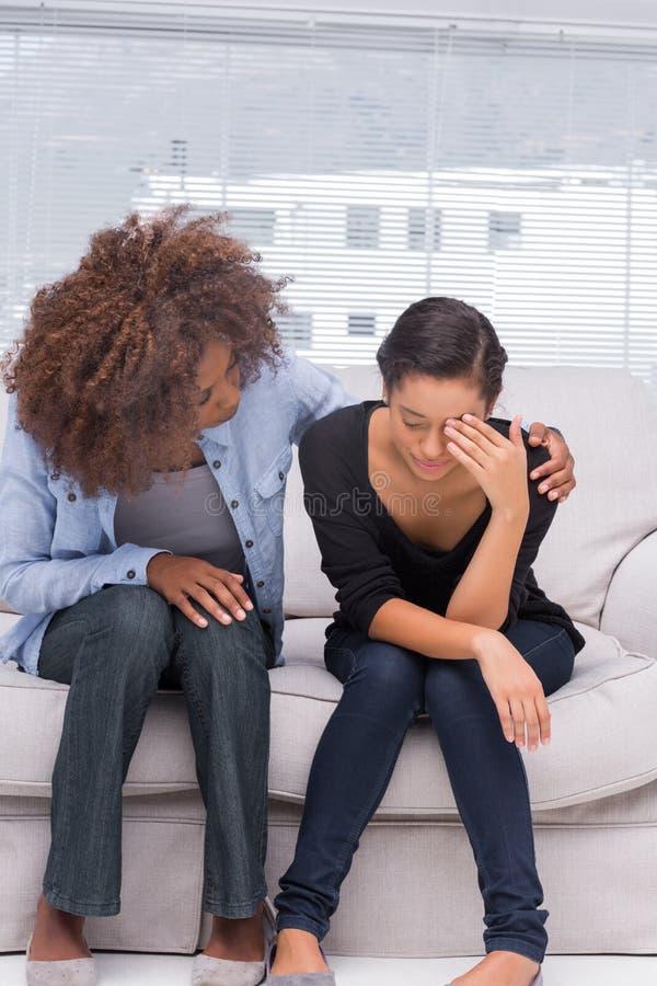 Kvinnagråt bredvid hennes terapeut fotografering för bildbyråer