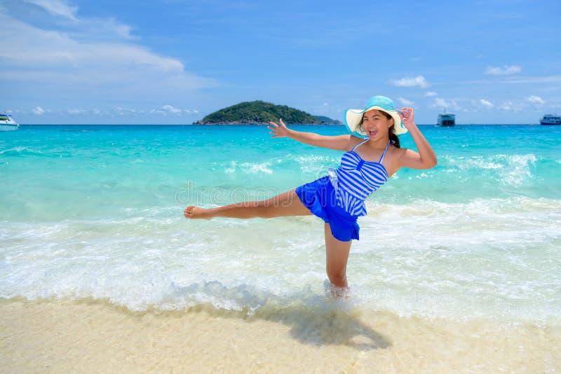 Kvinnagyckel på stranden i Thailand royaltyfria foton