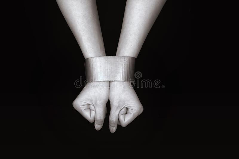Kvinnahänder begränsar med bandet royaltyfria foton