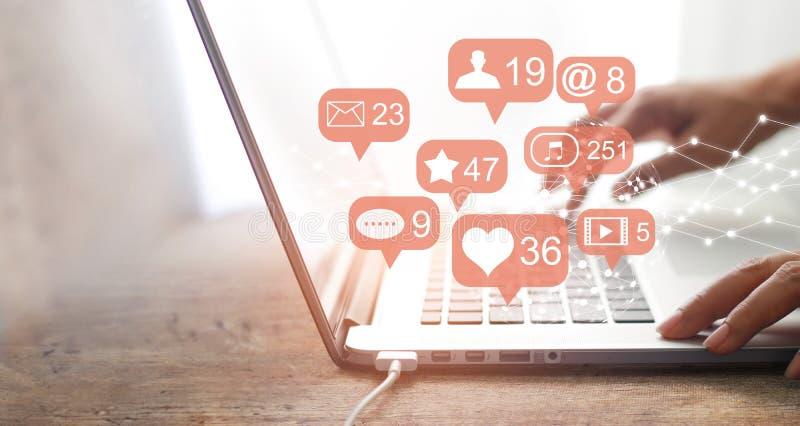 Kvinnahänder genom att använda det sociala nätverket med bärbara datorn royaltyfri bild