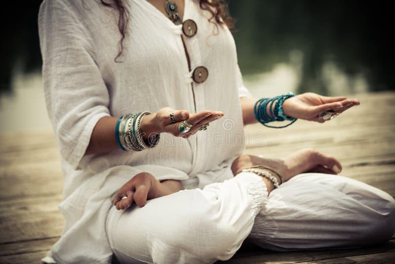 Kvinnahänder i mudra för symbolisk gest för yoga royaltyfria bilder