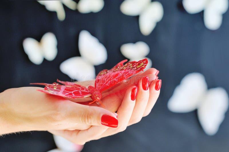Kvinnahänder med den röda manicuren fotografering för bildbyråer