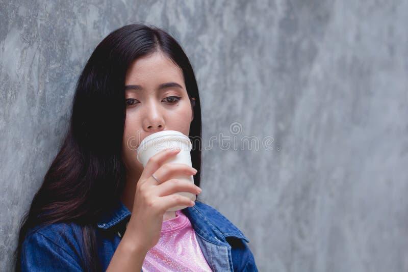 Kvinnahänder som rymmer kaffe, rånar eller kuper ung lycklig kvinnlig drink arkivbild