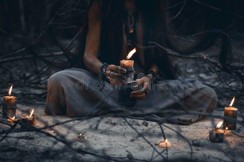 Kvinnahänder som rymmer nära övre för stearinljus royaltyfria bilder