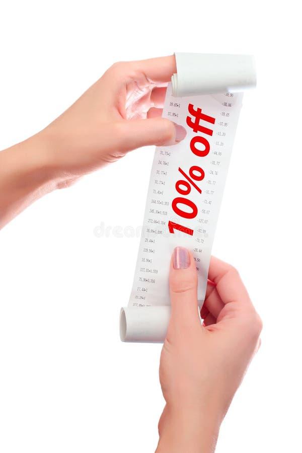 Kvinnahåll i henne handrulle av papper med utskrivavet kvitto 10% av royaltyfri fotografi