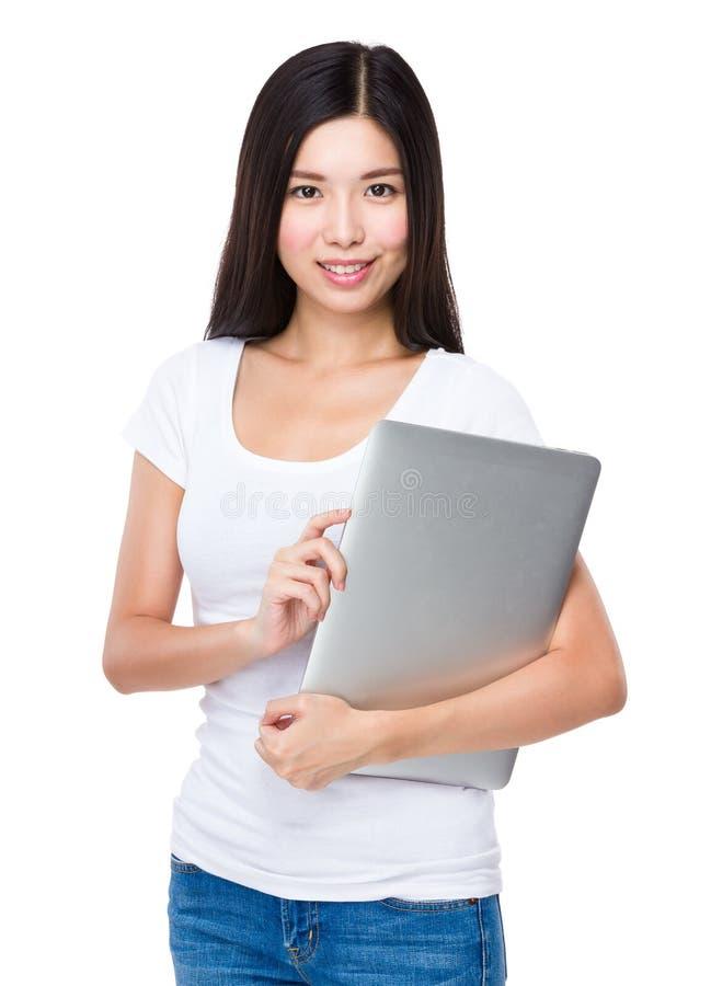 Kvinnahåll med anteckningsbokdatoren royaltyfri foto