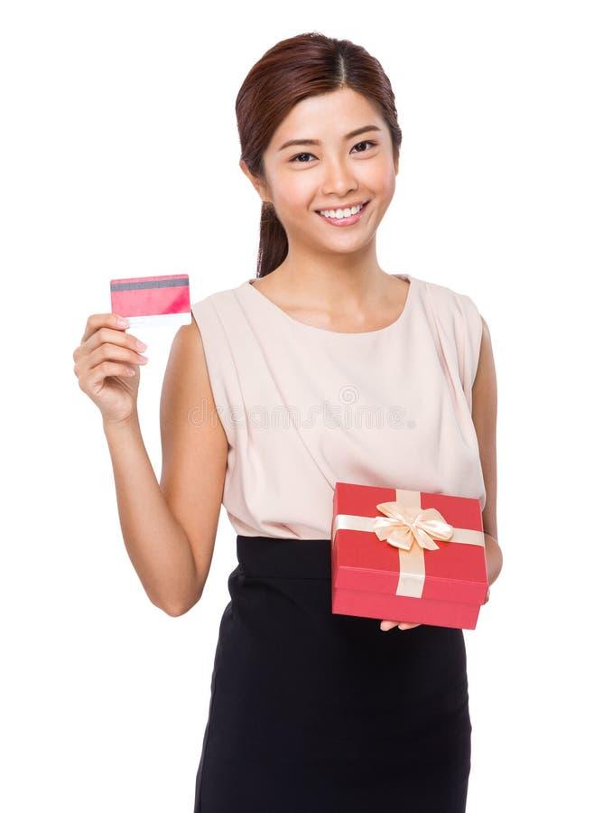 Kvinnahåll med den gåvaasken och kreditkorten arkivbilder