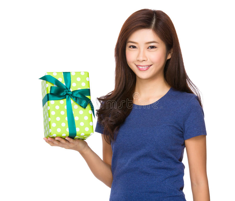 Kvinnahåll med giftbox arkivfoton