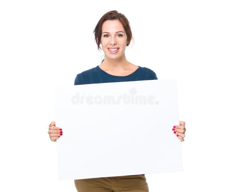 Kvinnahåll med plakatet arkivbild