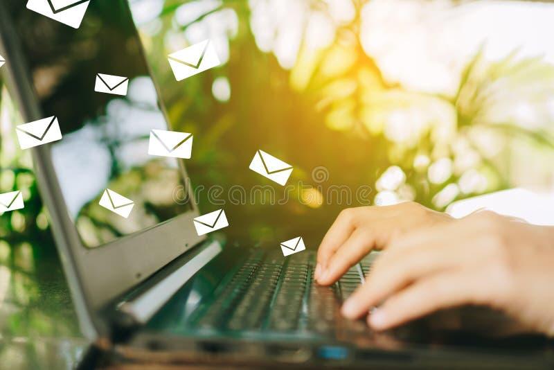 Kvinnahand genom att använda smartphonen för att överföra och motta emailen för affär arkivbilder