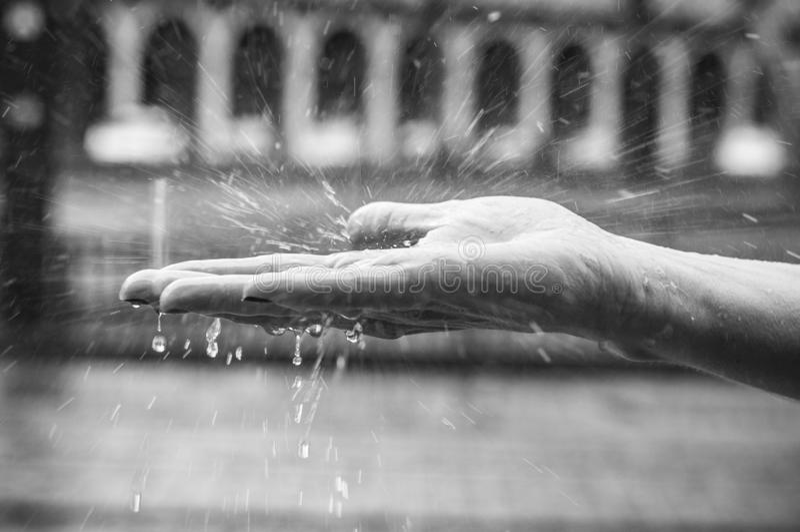 kvinnahand i regnet royaltyfria foton