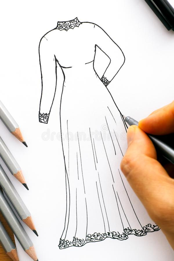Kvinnahand med den svarta pennteckningsklänningen royaltyfri bild