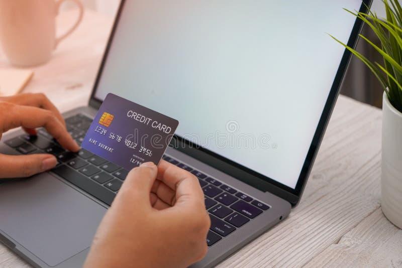 Kvinnahand som direktanslutet shoppar på bärbara datorn och smartphone och arbete royaltyfria bilder