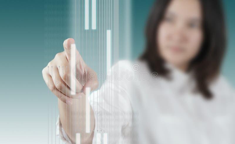 Kvinnahand som fungerar på faktisk teknologimanöverenhet royaltyfri fotografi
