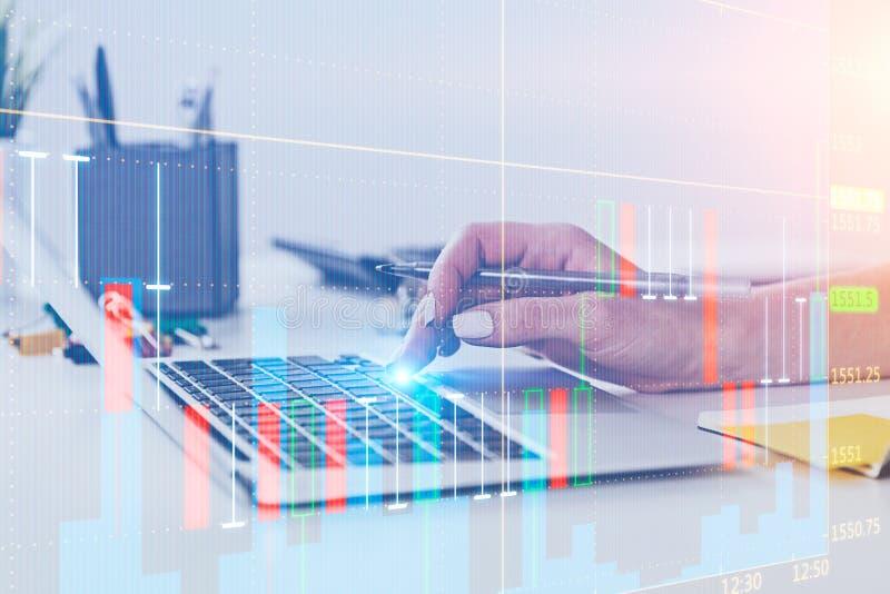 Kvinnahand som skriver på bärbara datorn, digital graf royaltyfri bild