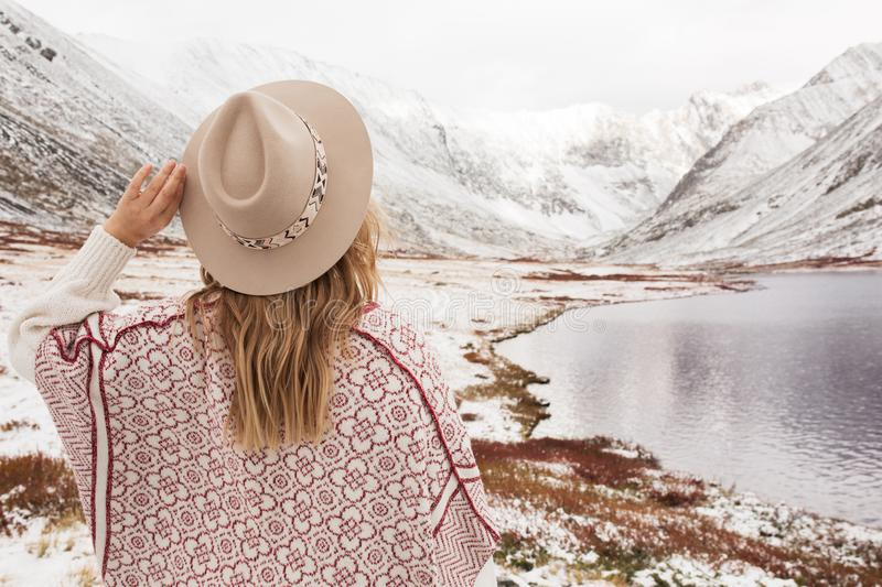 Kvinnahandelsresande på bakgrunden av en bergsjö royaltyfri fotografi