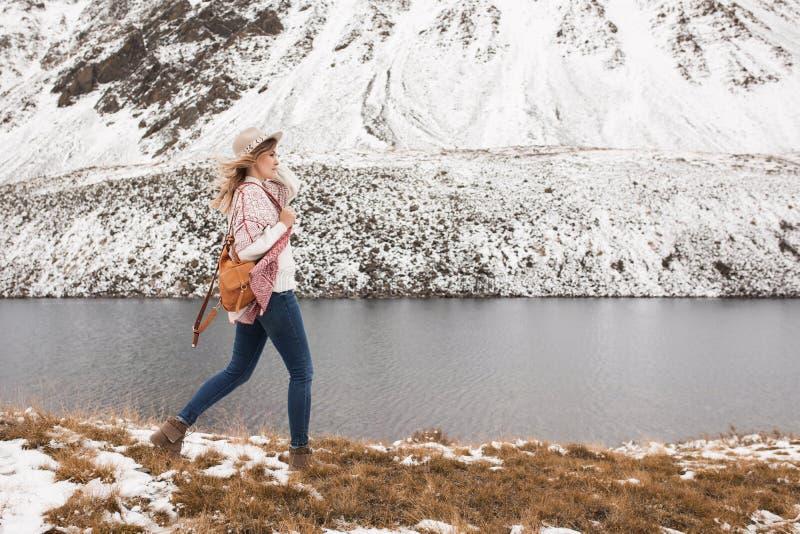 Kvinnahandelsresande på bakgrunden av en bergsjö arkivfoto