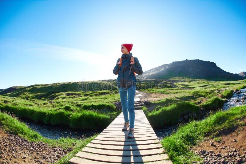 Kvinnahandelsresande på en gå i dalen av floden av Hveragerdi Island royaltyfri foto