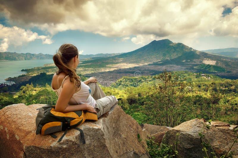 Kvinnahandelsresande som ser den Batur vulkan royaltyfria bilder