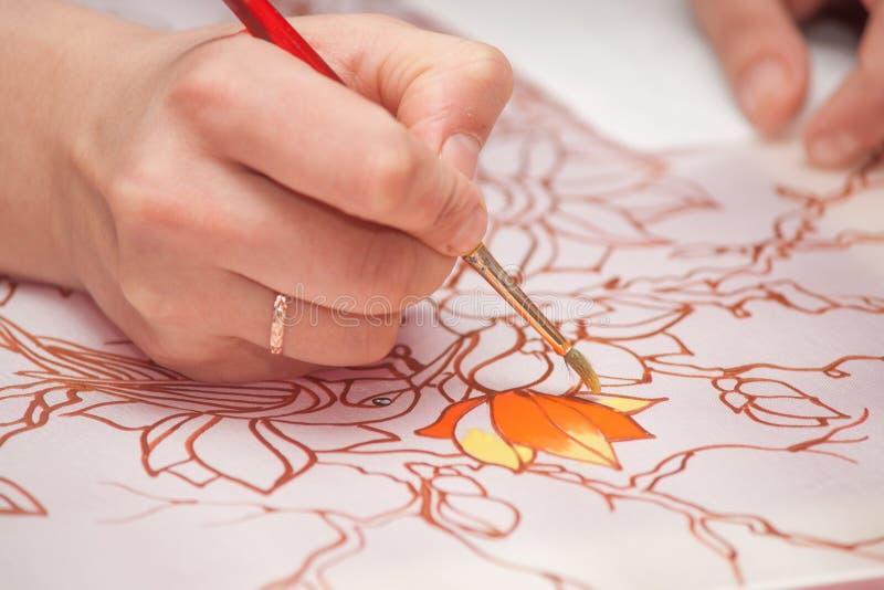 Kvinnahanden med blyertspennan drar bilden arkivbilder