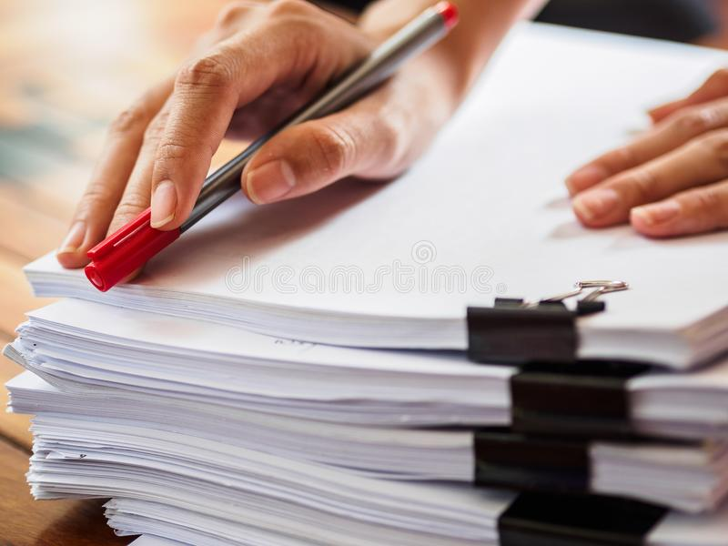 Kvinnahandhandstil på bunt av papper affär och utbildning Co royaltyfri fotografi