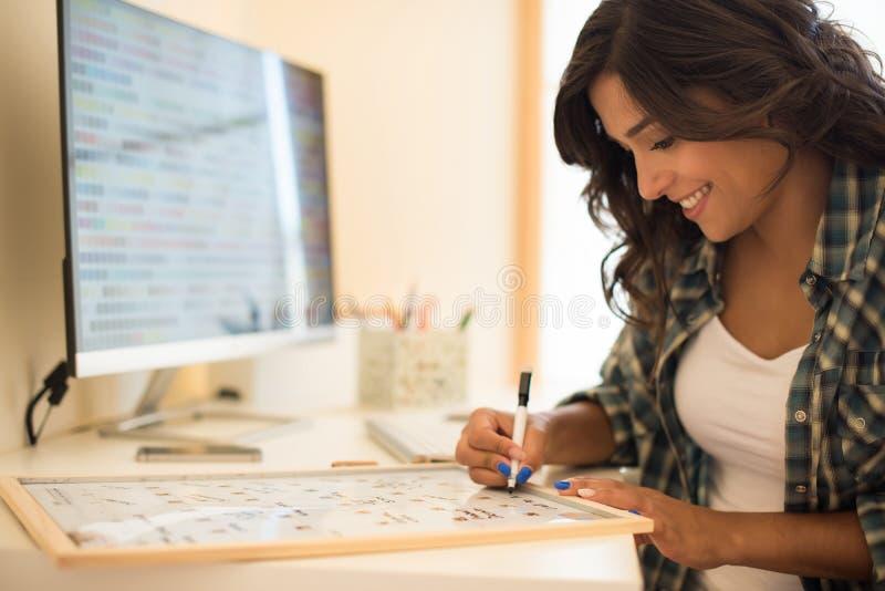 Kvinnahandstil på kalender arkivfoto