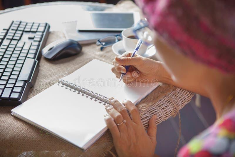 Kvinnahandstil sköt minnesanmärkningen på vitbok med avslappnande si arkivbild
