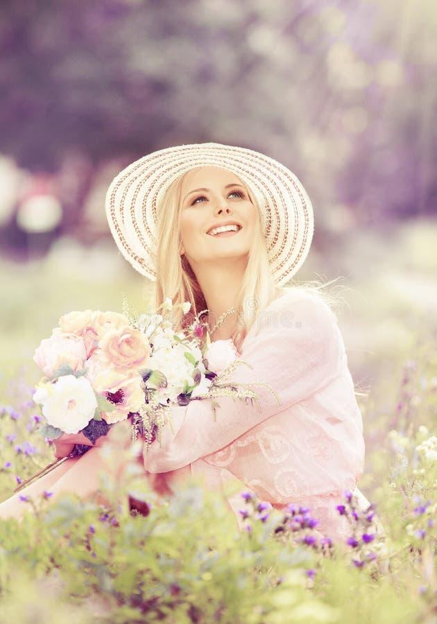 Kvinnahatten med blommabuketten, modemodell i sommar parkerar royaltyfria bilder