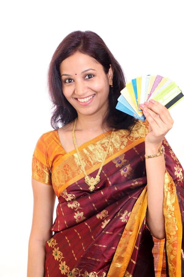 Kvinnaholdingkreditkortar arkivbild
