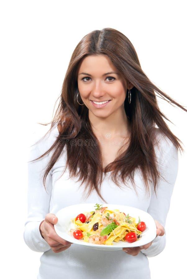 Kvinnaholdingplatta med macaroni, spagettipasta royaltyfria bilder