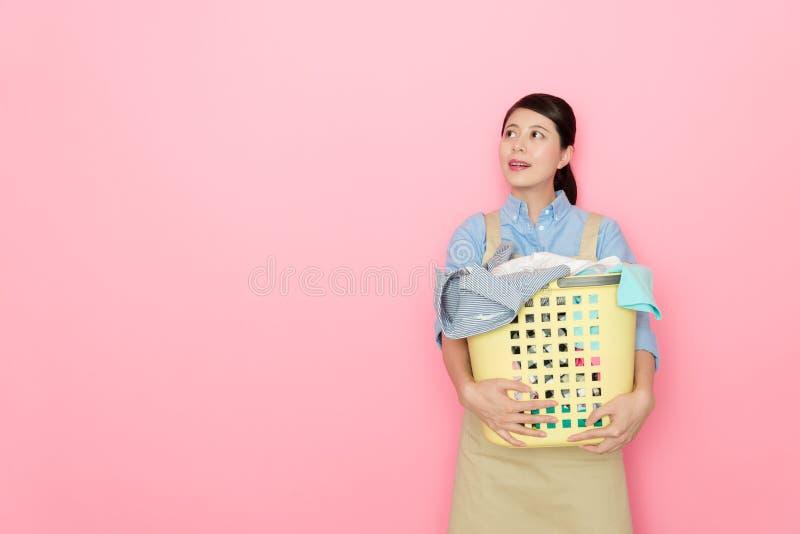 Kvinnahouseworkeranseende i rosa bakgrund fotografering för bildbyråer