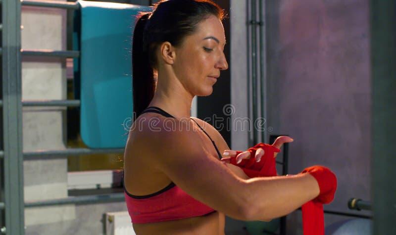 Kvinnaidrottsman nen som slår in handen med, förbinder bandet arkivfoton